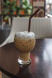 Glas kalter Kaffee auf Tabelle stockbild