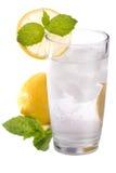 Glas kaltes funkelndes Wasser mit Zitrone und Minze Lizenzfreie Stockbilder