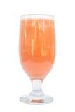 Glas Karottensaft und frische Karotten lokalisiert auf Weiß stockfotografie