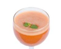 Glas Karottensaft und frische Karotten lokalisiert auf Weiß stockbild