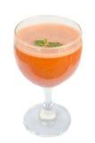 Glas Karottensaft und frische Karotten lokalisiert auf Weiß lizenzfreie stockfotos