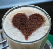 Glas koffie latte met kaneelhart royalty-vrije stock fotografie