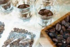 glas koffie voor te ruiken en proever aromatisch te proeven en flavo stock foto's