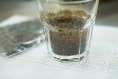 glas koffie voor te ruiken en proever aromatisch te proeven en flavo stock foto