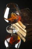Glas Kognak und Bücher Stockfoto