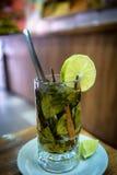 Glas Kokatee mit Scheibe des Zitronenkeils Lizenzfreies Stockfoto