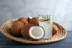Glas Kokosnusswasser mit Nüssen Lizenzfreie Stockbilder