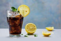Glas kola of cokes met ijsblokjes, citroenplak en pepermunt Stock Afbeelding