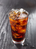 Glas kola met ijs. Stock Fotografie