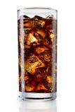 Glas kola met ijsblokjes op wit worden geïsoleerd dat Met het knippen van pa Stock Foto's