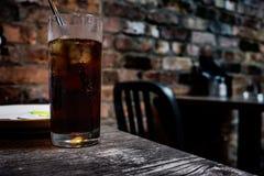 Glas kola op een Ierse bar royalty-vrije stock foto's