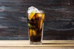 Glas Kolabaum mit Eis und Kalk Lizenzfreies Stockbild