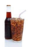 Glas Kolabaum mit Trinkhalm und Flasche Lizenzfreie Stockbilder