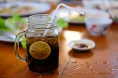Glas Kolabaum mit Zitronescheibe Stockbild
