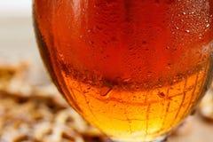 Glas koud bier De traditionele snacks van pretzels Duitse Oktoberfest royalty-vrije stock foto's