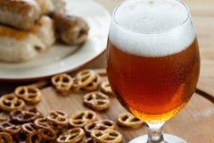 Glas koud bier De traditionele snacks van pretzels Duitse Oktoberfest, worst royalty-vrije stock afbeelding