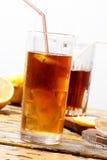 Glas koude ijsthee met citroen, gecondenseerd op glas stock afbeelding