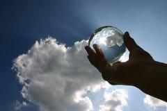 Glas Kugel gegen den Himmel Stockfotografie
