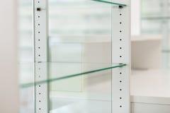 Glas lege planken Stock Afbeelding