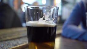 Glas licht bier stock footage