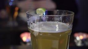 Glas licht bier stock video