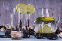 Glas Limonade auf Holz Lizenzfreie Stockfotografie