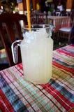 Glas limonade met ijs Stock Afbeeldingen