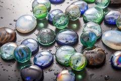 Glas marmeren ballen en glaskiezelstenen royalty-vrije stock fotografie