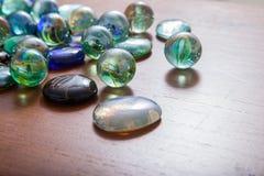 Glas marmeren ballen en glaskiezelstenen stock foto's