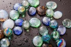 Glas marmeren ballen en glaskiezelstenen Stock Fotografie