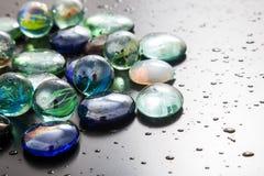 Glas marmeren ballen en glaskiezelstenen Stock Foto