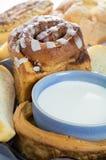 Glas melk en brood Stock Foto's