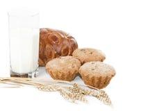 Glas melk en gebakjes. Stock Afbeeldingen