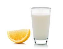 Glas melk en Half citroenfruit op witte achtergrond, verse Stock Foto