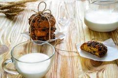 Glas melk en koekjes met bruine streng wordt en wordt gebonden gestapeld die royalty-vrije stock foto's
