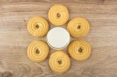 Glas melk en koekjes in vormring op lijst royalty-vrije stock fotografie