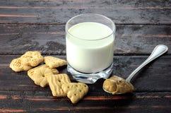 Glas melk, Koekjes en Melkkaramel stock fotografie