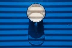 Glas melk voor sunblind Royalty-vrije Stock Foto's