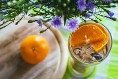 Glas melkthee met sinaasappelen wordt verfraaid die royalty-vrije stock afbeeldingen