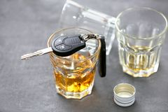 Glas met alcohol en autosleutels royalty-vrije stock fotografie