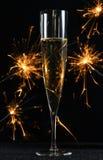 Glas met champagne en fonkelingen royalty-vrije stock afbeelding