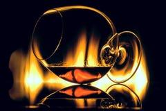 Glas met cognac, die aan een kant ligt stock fotografie