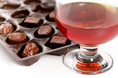 Glas met cognac en snoepjesalcoholische drank royalty-vrije stock fotografie