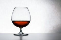 Glas met cognac op witte geïsoleerde achtergrond Front View Sluit omhoog geschoten Hoge Resolutie stock foto