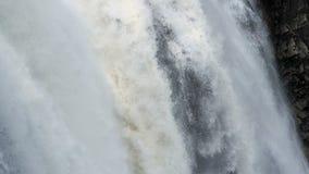 Glas met dalend water Berg stock videobeelden