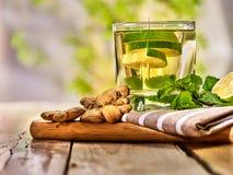 Glas met de de groene drank en gember van de muntkalk Royalty-vrije Stock Foto's