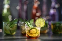 Glas met de heerlijke cocktail van het muntmedicijndrankje stock afbeelding
