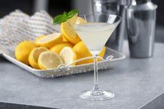 Glas met de smakelijke cocktail van martini van de citroendaling Stock Afbeelding