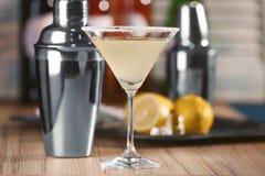 Glas met de smakelijke cocktail van martini van de citroendaling Stock Foto
