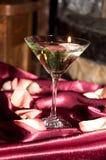 Glas met drijvende kaarsen Stock Afbeeldingen